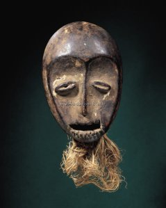 Masque. Bois, kaolin et fibres. H. : 27,3 cm. © Fowler Museum at UCLA ; Private Coll., Los Angeles.