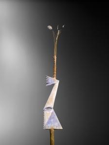 Bâton de danse, Tolai, Nouvelle-Bretagne. Bois, fibres, plumes et pigments. H. : 54 cm.  Ex-coll. de la Mission du Sacré-Cœur, Hiltrup, Allemagne.