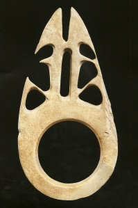 Barava orné de deux ancêtres accroupis dos à dos, coquillage. H. : 21,1 cm.© Galerie Meyer, Paris.