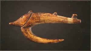 Hameçon te'i en forme de poisson appât, île de Choiseul. Os. L. : 5,1 cm.© Galerie Meyer, Paris.
