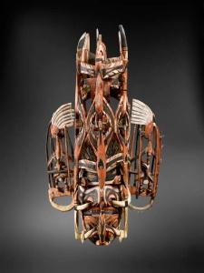 Masque de danse composite, Nouvelle-Irlande. Bois, fibres, opercule de Turbo petholatus et pigments. H. : 76 cm. Ex-coll. Museum Umlauff, 1882, Hambourg ; Julius Konietzko, Hambourg.