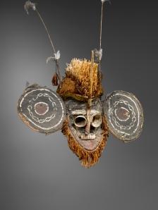 Masque de danse, île Lihir, nord de la Nouvelle-Irlande. Bois, fibres, matériaux spongieux marins, raphia, courge, plumes, chaux et pigments. H. : 140 cm. Coll. Alain de Monbrison, Paris.