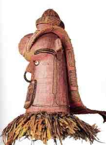 Masque de danse sisiu, Sulka, Nouvelle-Bretagne, vers 1900. Moelle végétale, fibres, rotin, pigments et plumes. H. : 90 cm. © Ethnologisches Museum, Berlin, Inv. No. VI 30.850.  Photo A. Dreyer.