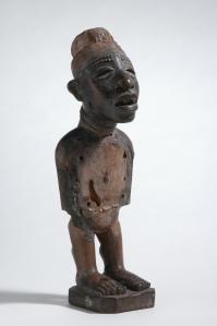 Statuette yombe, Vili, R.D.C. XIXe-XXe siècle. Bois. H. : 32 cm. Ex-coll. Alfred Flechtheim, Berlin ; donation Eduard von der Heydt. © Museum Rietberg Zürich, RAC 714.