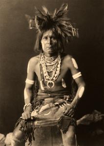 Edward S. Curtis, « Prêtre de la Danse du Serpent, Hopi ». Photogravure, 1900. © Coll. privée.