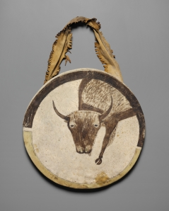 Bouclier, artiste Arikara, Dakota du Nord, vers 1850. Ce bouclier est orné d'un bison mâle, gardien spirituel de son propriétaire. Cuir brut de bison doublé d'une peau de daim tannée et pigments. Ø 50,8 cm. © The Nelson-Atkins Museum of Art, Kansas City, Missouri. Achat : the Donald D. Jones Fund for American Indian Art, 2004.35. Photo : Jamison Miller.