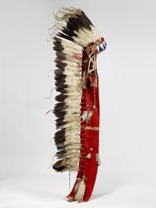 Grande coiffe en plumes d'aigle et feutre rouge. Décor de perles sur le front. Sioux, Dakota, XIXe siècle. Laine, perles, plumes d'aigle et fourrure. Dim. : 183 x 70 x 19 cm. © Musée du quai Branly, Inv. 71.1885.78.498 a. Photo C. Germain.