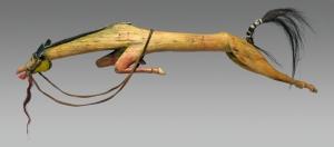 Joseph No Two Horns (1852-1942), bâton de danse à effigie de cheval, Hunkpapa Lakota (Teton Sioux), réserve de Standing Rock, Dakota du Nord ou du Sud, vers 1875. Les sculptures équestres commémoratives apparaissaient traditionnellement dans des manifestations rituelles, où elles rendaient hommage aux chevaux tués lors des batailles. Cette œuvre est la plus grande et la plus élaborée de ce type, réalisées par le vétéran de guerre et artiste Joseph No Two Horns, résidant dans la réserve de Standing Rock. Le plus souvent, cet artiste peignait ses bâtons de danse en bleu, en mémoire de son cheval, un Rouan bleu touché par sept balles avant de s'effondrer. Bois, pigment, cuir, crin de cheval, tuyaux de plumes et métal. L. : 97,7 cm. © Courtesy of the South Dakota State Historical Society, Inv. 1974.002.122. Photo : Chad Coppess, South Dakota Office of Tourism.