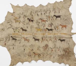 Peau peinte racontant les exploits d'un chef sioux ou mandan lors de guerres entre Arikara, Sioux et Mandan, région des Plaines. Début XIXe siècle. Cape d'apparat, vers 1800-1830, région des Plaines, Mandan, Sioux. Cette robe imposante est un chef-d'œuvre du genre. Il s'agit d'une peinture historique. Elle raconte les prouesses de deux grands guerriers lakotas (tête ronde au chignon particulier se portant sur le front) et de leur entourage en quatorze épisodes disposés de part et d'autre d'une bande centrale ornée de quatre rosettes en piquants de porc-épic. Chaque scène représente une action menée contre l'adversaire (aux longs cheveux noirs) et revit chaque fois que le possesseur de la robe relate son histoire en s'appuyant sur ces images. Voler des chevaux à l'ennemi était un acte de bravoure permettant  d'évoluer dans la société et devenir riche. Et être riche, procurait de quoi effectuer des dons et, en cas de mobilisation pour un combat, était le seul moyen de s'assurer des troupes pour une expédition. Peau de bison, piquants de porc-épic, peinture et application. Dim. 148 x 224 cm. © Musée du quai Branly, don Chaplain Duparc, Inv. 71.1886.17.1. Photo Patrick Gries/Valérie Torre.