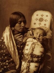Edward S. Curtis, « Mère et enfant, Apsaroke ». Photogravure, vers 1908. © Coll. privée.