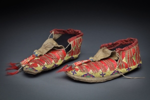 Paire de mocassins, Sioux, Grandes Plaines, XIXe siècle. Cuir, broderie de piquants de porc-épic, perles de verre et tissu rouge. Dim. : 8.9 cm x 23.5 cm. © Courtesy Peabody Museum of Archeology and Ethnology, Harvard University, don de M. William H. Claflin, 1964, Inv. E40591.