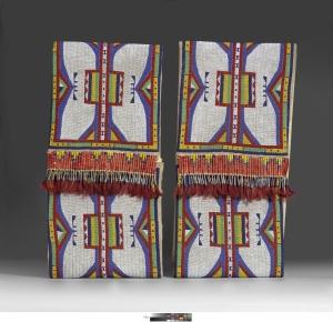 Paire de parflèche, vers 1900-1910, Dakota du Nord ou du Sud, Lakota (Teton, Sioux). Peau tannée, cuir brut, perles de verre, piquants de porc-épic, crin de cheval et cônes en métal. Dim. : 69.9 x 33.7 x 8.2 cm. © The Nelson-Atkins Museum of Art, Gift of Frank Paxton Jr. Photo : John Lamberton.