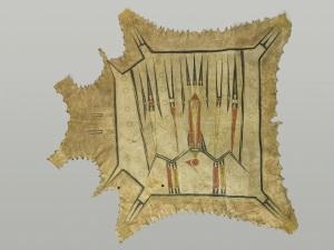 Robe peinte, XVIIe-XVIIIe siècle, Illinois. Cette robe est exceptionnelle, à la fois par son ancienneté, et à la fois par son décor. Il s'agit de l'une des quatre robes conservées au musée du quai Branly et confectionnées vers la fin des années 1600 ou, plus probablement, au début des années 1700. D'après la légende, elles auraient été collectées par le prêtre jésuite Jacques Marquette et l'explorateur Pierre Joliette alors qu'ils descendaient le Mississippi, en 1673. Ces peaux sont généralement conçues et réalisées de façon que la tête de l'animal se situe à gauche, face au spectateur, comme la robe était portée. Vue dans ce sens, l'artiste a peut-être voulu représenter un grand oiseau mythique s'abattant du haut du ciel ? Lorsque la peau est portée de manière non traditionnelle, c'est-à-dire, l'encolure de la peau étant du côté droit de la tête de la personne qui la porte, on distingue la forme géométrique d'une puissante créature volante : un Oiseau-Tonnerre constitué de lignes accentuées en noir, rouge et beige. Les aigles, les faucons et la créature spirituelle qu'est l'Oiseau-Tonnerre tiennent une place importante dans la vie et la culture des peuples indiens. Chaque détail de forme ou de couleur a une signification symbolique. Il pourrait également s'agir d'un paquet funéraire pour envelopper un mort, tué rituellement. Peau de bison ou de cervidé peinte. Dim. : 121,3 x 107,6 cm. © Musée du quai Branly. Inv. 71.1878.32.134. Photo Thierry Ollivier, Michel Urtado.