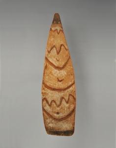 Bouclier de guerre, Asmat, Irian Jaya, Nouvelle-Guinée occidentale (sous souveraineté indonésienne). Ces boucliers étaient sculptés à l'occasion de fêtes, préludes à une expédition de chasse à la tête. En général, les motifs peints en rouge — allusion au sang des victimes — ornant ces boucliers, avaient pour fonction d'effrayer l'ennemi et le persuader que son propriétaire possédait les pouvoirs surnaturels transmis par l'ancêtre dont le bouclier portait le nom. Ils étaient également utilisés lors d'un décès soudain et inexpliqué pour chasser les mauvais esprits. Objets précieux, ils étaient hérités de père en fils. Bois et pigments. H. : 148,5 cm. Collecté en 1012 par le Père Joseph Viegen ; ex-coll. de la mission du Sacré Cœur de Jésus, Tilburg, Pays-Bas. Acquis de Jeanne Walschot en 1968. © MRAC. Inv. EO.1968.22.2.