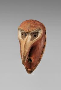 Masque de danse, région côtière du Sepik, fleuve Ramu. Ce type de masque, incarnation de l'esprit d'un ancêtre, fait partie d'un petit nombre d'exemplaires collectés dans le village de Watam. Bois et pigments. Achat des MRAH à Gustave (Guillaume) De Hondt en 1943. Acquis des MRAH par voie d'échange en 1979. H. : 39 cm. © MRAC. Inv. EO.1979.1.1295.