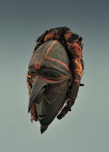 Masque de danse, île Wogeo, région côtière du Sepik. Bois, fibres de liber, rotin, cheveux humains et pigments. H. : 37,5 cm. Acquis par voie d'échange avant 1970. © MRAC. Inv. EO.1970.98.1.