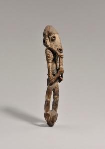 Figurine représentant un ancêtre, région du bas Sepik. Bois, fibres et pigments. H. : 29 cm. Offerte par Henri Lavachery aux MRAH. Acquise des MRAH par voie d'échange en 1979. © MRAC. Inv. 1979.1.1305.