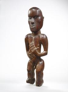 Figure d'ancêtre de fronton de maison de réunion, style Gisborne, Maori, Nouvelle-Zélande (objet non exposé). Bois. H. : 43,2 cm. © Musée du quai Branly, 72.1983.4.1. Photo : Claude Germain.