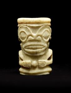 Ornement ivi po'o représentant « tiki », îles Marquises (objet non exposé). Os gravé. Dim. : 4,5 x 3 x 2,5 cm. © Musée du quai Branly, 71.1967.105.3. Photo : Claude Germain.