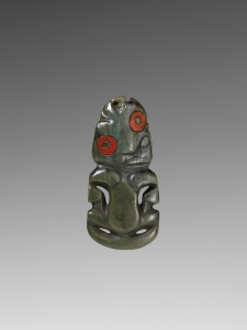 Pendentif, Maori, Aotearoa (Nouvelle-Zélande) (objet non exposé). Néphrite-jade et cire à cacheter européenne. Dim. : 10 x 5 x 1 cm. © Musée du quai Branly. Inv. : 72.84.226. Photo Patrick Gries/Valérie Torre.