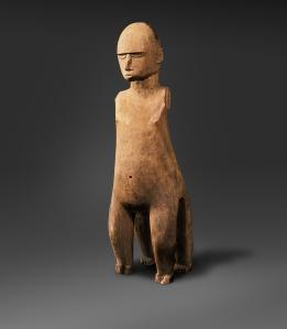 Dieu tu (mainaragi), Mangareva, archipel des Gambiers, Polynésie Centrale. Représenté avec quatre jambes, il s'agit d'une présentation unique du principal dieu de Mangareva, le fils aîné de Tagaroa. Dans de nombreuses cultures polynésiennes, tu, était le dieu de la guerre. Cependant, il a joué un rôle plus paisible à Mangareva, en étant le dieu du uru (le fruit de l'arbre à pain), la nourriture la plus importante de l'alimentation des mangaréviens. Collecté en 1834 par les missionnaires de la congrégation des Sacrés Cœurs de Jésus et de Marie. Bois. H. : 112 cm. © Musée ethnologique du Vatican, Cité du Vatican, 100189.