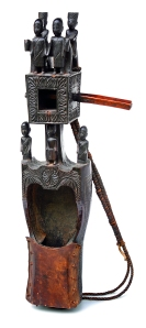 Dhodro banam,Inde, première moitié du XXe siècle.Dim. : 73 x 30 x 12 cm. Bois et peau. Ex-coll. Bengt Fosshag.© Museum Rietberg, Zurich. Photo Michael Ehrhardt.