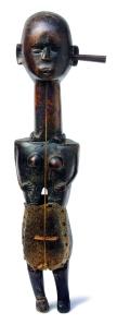 Dhodro banam,Inde, première moitié du XXe siècle.Dim. : 61,5 x 18,5 x 11 cm. Bois, peau et métal. Ex-coll. Bengt Fosshag.© Museum Rietberg, Zurich. Photo Michael Ehrhardt.