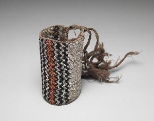Brassard ou jambière, îles Salomon, XIXe-XXe siècle. Disques de coquillage et fibres. Dim. : 19,7 x 11,4 cm. © The Metropolitan Museum of Art ; Bequest of John B. Elliott, 1997. Inv. : 1999.47.134b.