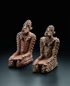 Figures agenouillées, la main gauche se terminant en tête de serpent. 1330-1530 ap. J.-C. Terre cuite. H. : 21,5 et 21 cm. © Coll. Kenis. Photo : F. Dehaen, Bruxelles.
