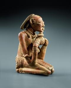 Figure agenouillée tenant un récipient rituel. 1150-1350 ap. J.-C. Terre cuite. H. : 44 cm. © Coll. privée. Photo, H. Dubois, Paris.