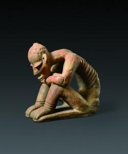 Figure assise, la tête posée sur les bras croisés. 1090-1350 ap. J.-C. Terre cuite. H. : 26,5 cm. © Coll. Blanpain. Photo A. Speltdoorn, Bruxelles.