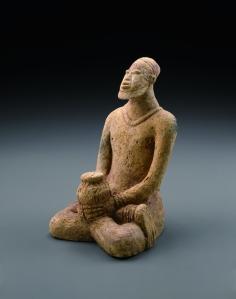 Figure assise tenant un récipient rituel. 1310-1480 ap. J.-C. Terre cuite. H. : 18 cm. © Coll. privée. Archives Philippe Guimiot. Photo R. Asselberghs, Bruxelles.