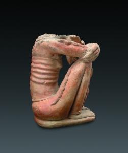 Figurine masculine assise, la tête reposant entre les jambes. Style classique I, 1400-1550 ap. J.-C. Terre cuite. H. : 39,5 cm. © Coll. Blanpain. Photo A. Speltdoorn, Bruxelles.