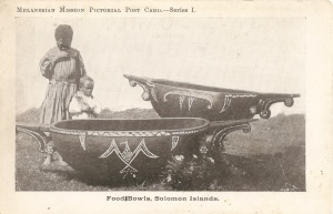 « Food Bowls, Solomon Islands. » Melanesian Mission Pictorial Post Card.—Series I. Photographe inconnu. Carte postale. 9 x 13,8 cm.