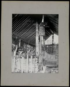 « Tabou House à Santa Anna ». Voyage du Comte Rodolphe Festetics de Tolna, 1893-1901. Tirage sur papier albuminé monté sur carton. Dim. du montage : 23,5 x 30 cm  © Musée du quai Branly N° inv. : PP0155990.