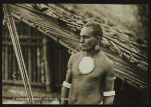 « A Roas bay chief - Malaita – Solomons ». Photographe : Beattie, John Watt. Tirage gélatino-argentique sur papier baryté. Dim. du tirage : 10,2 x 14,8 cm. © Musée du quai Branly. N° inv. : PP0194153.