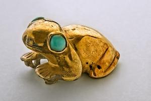 Grenouille en or aux yeux de turquoise, Chichén Itzá, Yucatán, Mexique. Postclassique ancien (900-1250 ap. J.-C.). En lien étroit avec les divinités aquatiques et l'Inframonde, grenouilles et crapauds, par leurs coassements, annonçaient la pluie et, ainsi, la régénération de la Terre. Dim. : 3,3 x 2,6 cm. © Museo Nacional de Antropología, Mexico. Réf. : Maya-NCH-2968-b. Photo : I. Guevara.