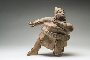 Statuette en céramique, joueur de balle en pleine action. Jaina. Classique récent (600-800 ap. J.-C.). H. : 12,7 cm. © Museo Nacional de Antropología, Mexico. Réf. : Maya-NCH-1351. Photo. : I. Guevara.