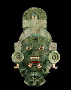 Masque funéraire, Calakmul, Campeche, Mexique. Classique récent (600-800 ap. J.-C.). Jade, obsidienne et coquillages. H. : 36,7 cm. © Campecha, Museo de Architectura Maya.