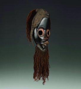 Masque de course, gunye ge, Dan, Côte d'Ivoire. Bois, fibres végétales et pigments. H. : 26 cm. © Coll. privée. Photo archives de l'auteur.