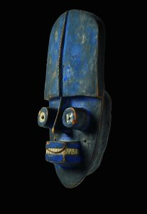 Masque facial aux yeux tubulaires, Grébo-Krou, Liberia, Côte-d'Ivoire. Bois et pigments. H. : 50,8 cm. © Coll. privée. Photo BAMW Photography.