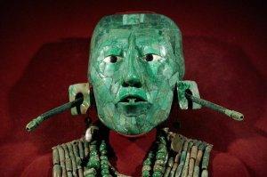 Masque de Pakal, seigneur de Palenque, Chiapas. Vers 683. Mosaïque de jade, coquille, nacre et obsidienne. Composé de près de deux cents éléments, le signe en forme de T, dans la bouche, est une amulette protectrice. H. : 24 cm. © INAH, Museo Nacional de Antropología, Mexico.