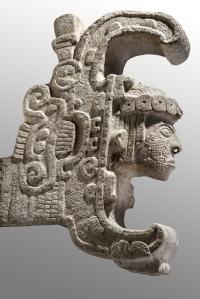 Communément appelée la « Reine d'Uxmal », ce couronnement architectural semble toutefois représenter un personnage masculin, peut-être un seigneur, qui a subi le rite initiatique qui consiste à être avalé par un serpent ochkan, (un boa), pour être ensuite régurgité une fois devenu prêtre-chaman. Dim. : 82 x 24 cm. Uxmal, Yucatán, Mexique Classique récent (600-800 ap. J.-C.). © Museo Nacional de Antropología, Mexico. Photo : I. Guevara.
