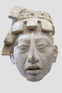 Cette tête en stuc a été trouvée sous le sarcophage de Pakal, peut-être la représentation de ce dernier en jeune homme, comme après une renaissance. Chambre funéraire du temple de Las Inscripciones, Palenque, Chiapas, Mexique. Classique récent (600-800 ap. J.-C.). © Museo Nacional de Antropología, Mexico. Réf. : Maya-NACH-8418. Photo : I. Guevara.