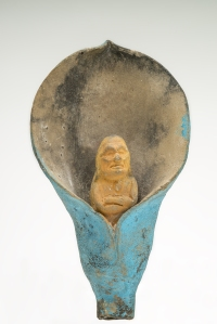 Figurine en céramique polychrome, Jaina, Campeche, Mexique. Classique récent (600-800 ap. J.-C.). Scène représentant un vieillard jaillissant d'une fleur bleue, figure hybride incarnant à la fois le dieu N, le seigneur des bois et des forêts et Pahuahtún, le vieux dieu quadruple qui soutient le monde et protège aussi les chamans. La fleur, symbole du sexe féminin, et le fait d'en sortir, sont assimilés à la naissance. © Museo Nacional de Antropología, Mexico. Réf. : Maya-NCH-1418. Photo : I. Guevara.