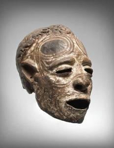 Crâne surmodelé et peint, Iatmul, village de Yentchenmengua, moyen Sépik, Papouasie Nouvelle-Guinée, vers 1800-1900. H. : 21,5 cm. © Martin Doustar.