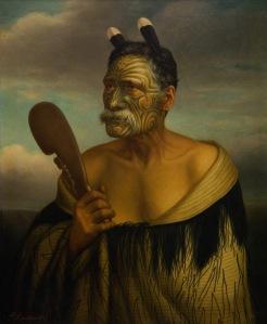 Gottfried Lindauer, « Kewene Te Haho [?-1902] ». Huile sur toile, non datée, 85 x 70 cm. Auckland Art Gallery Toi o Tāmaki, don de H. E. Partridge, 1915. Réf. : 1915/2/17. D'après le journal « West Coast Times », Kewene Te Haho serait mort à près de quatre-vingt-dix ans, dans sa maison, à Te Makaka, un avant-poste presbytérien, dans le port d'Aotea. Il participa à la bataille de Taumatawiwi, en 1830, où s'affrontèrent Te Waharoa de Tainui et l'iwi Ngāti Maru d'Hauraki. Membre de la Wesleyan Congregation, en tant que prédicateur, il lutta contre les méfaits de l'alcoolisme. Il tient dans sa main droite un large mere en bois orné d'une figure tipuna (ancêtre).