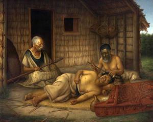 Gottfried Lindauer, « The Tohunga-Ta-Moko at Work », 1915. Huile sur toile, 188,6 x 233,7 cm. © Auckland Art Gallery Toi o Tāmaki, don de H. E. Partridge, 1915. Réf. : 1915/2/49. Le tatoueur tient dans sa main droite son uhi (ciseau) dont la lame est enduite de pigment bleu et de la gauche un māhoe (maillet), a son petit doigt, une bande de tissu en lin pour éponger le sang. Sur la gauche de la composition, un chef âgé, peut-être entonnant un karakia (incantation) mettant en action les atua (forces spirituelles) pour encourager le tatoué à montrer son endurance à la douleur.