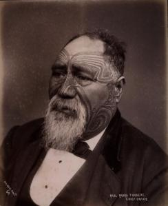 « Paul Paora Tuhaere, Chief, Orakei », par Elizabeth Pulman, Auckland. © Archives New Zealand, Te Rua Mahara o te Kāwanatanga, Wellington. Réf. : R24024954.