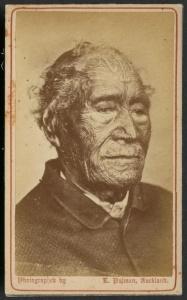 « Tāmati Waka Nene, chef de l'iwi Ngāpuhi ». Photo-carte par Elizabeth Pulman, Auckland. Cette photographie a probablement était prise peu avant sa mort, en 1871. © Alexander Turnbull Library, National Library of New Zealand, Te Puna Mātauranga o Aotearoa. Réf. : PA2-1357.